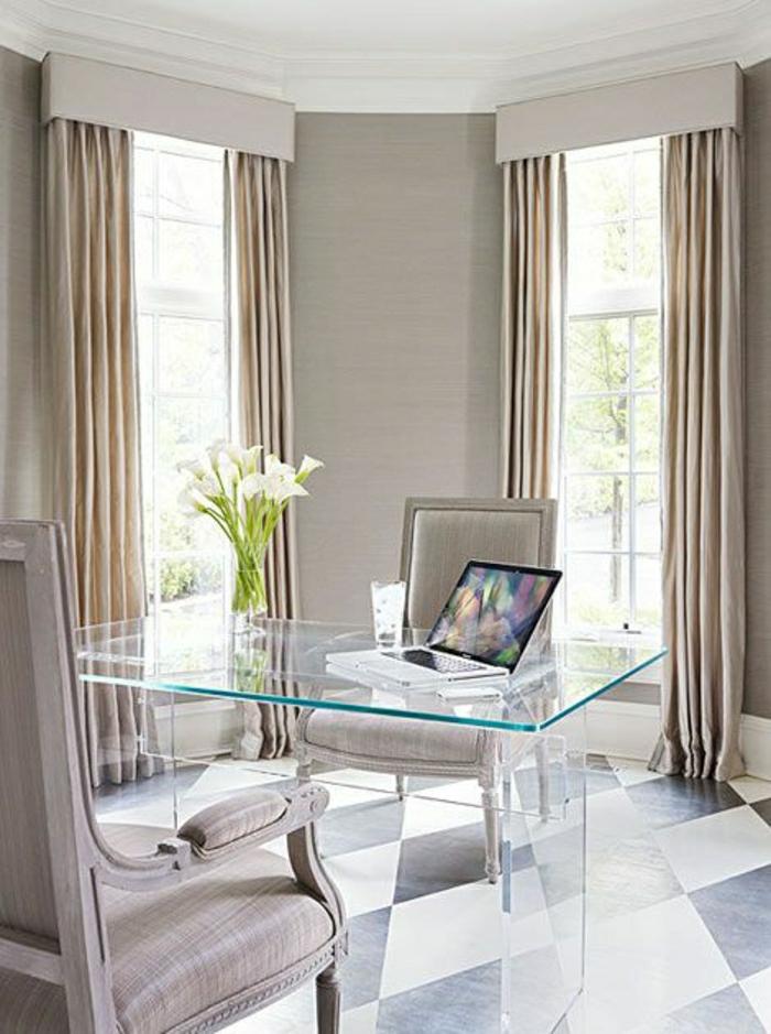 bureau-avec-plateau-de-table-en-verre-bureau-avec-plateau-transparent-rideaux-beiges