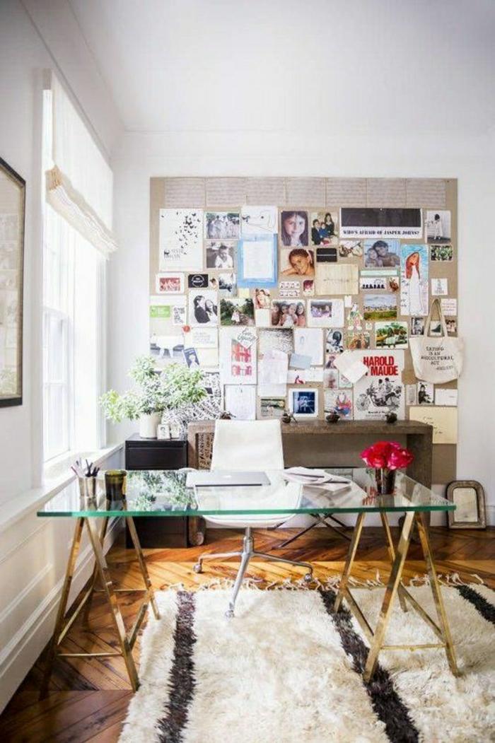 bureau-avec-plateau-de-table-en-verre-tapis-blanc-sol-en-parquet-mur-photo