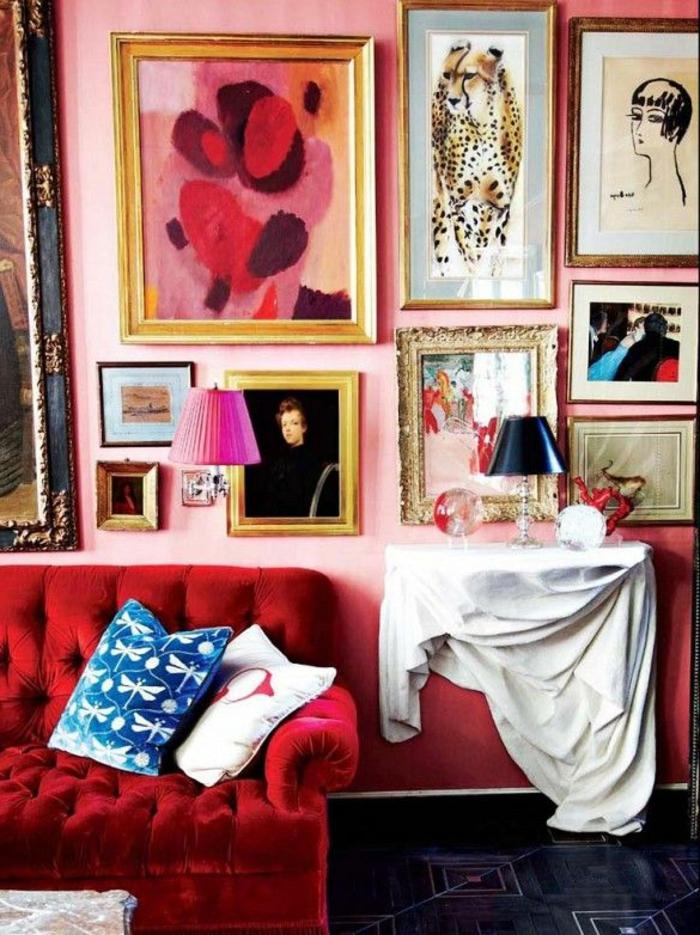 canapé-couleur-carmin-peintures-murales-carrelage-noir-canapé-pourpre