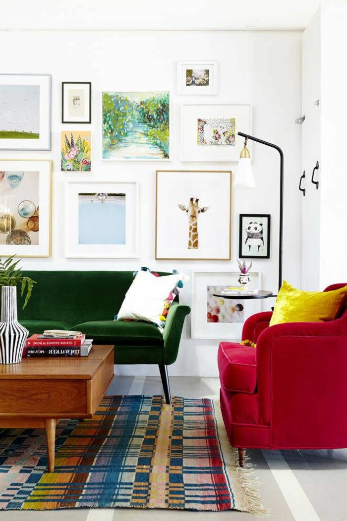 canapé-couleur-carmin-peintures-murales-salon-moderne-tapis-coloré-mur-peintures-murales