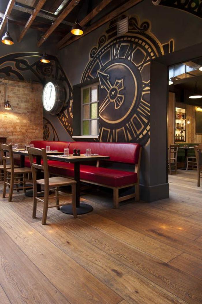 canapé-de-couleur-carmin-canapé-rouge-pourpre-mur-avec-horloge-décoratif