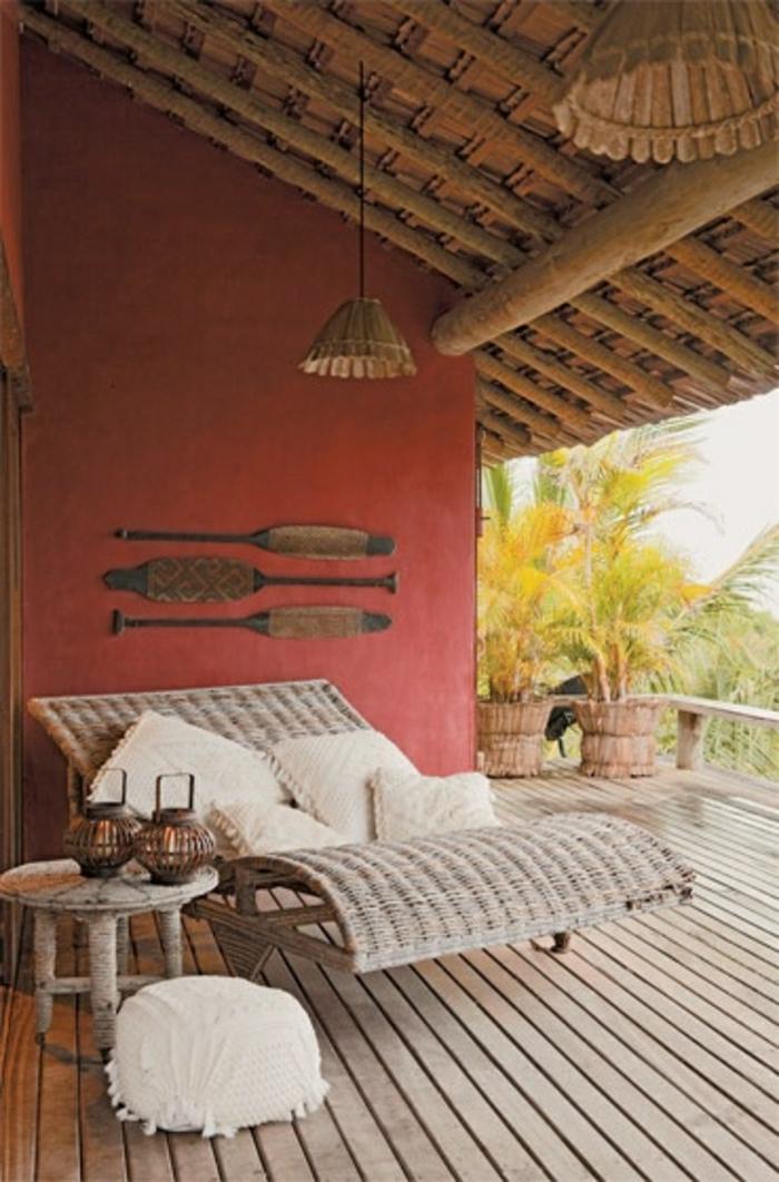 canapé-en-osier-rotin-design-meubles-d-extérieur-véranda-sol-en-plancher-mur-rouge