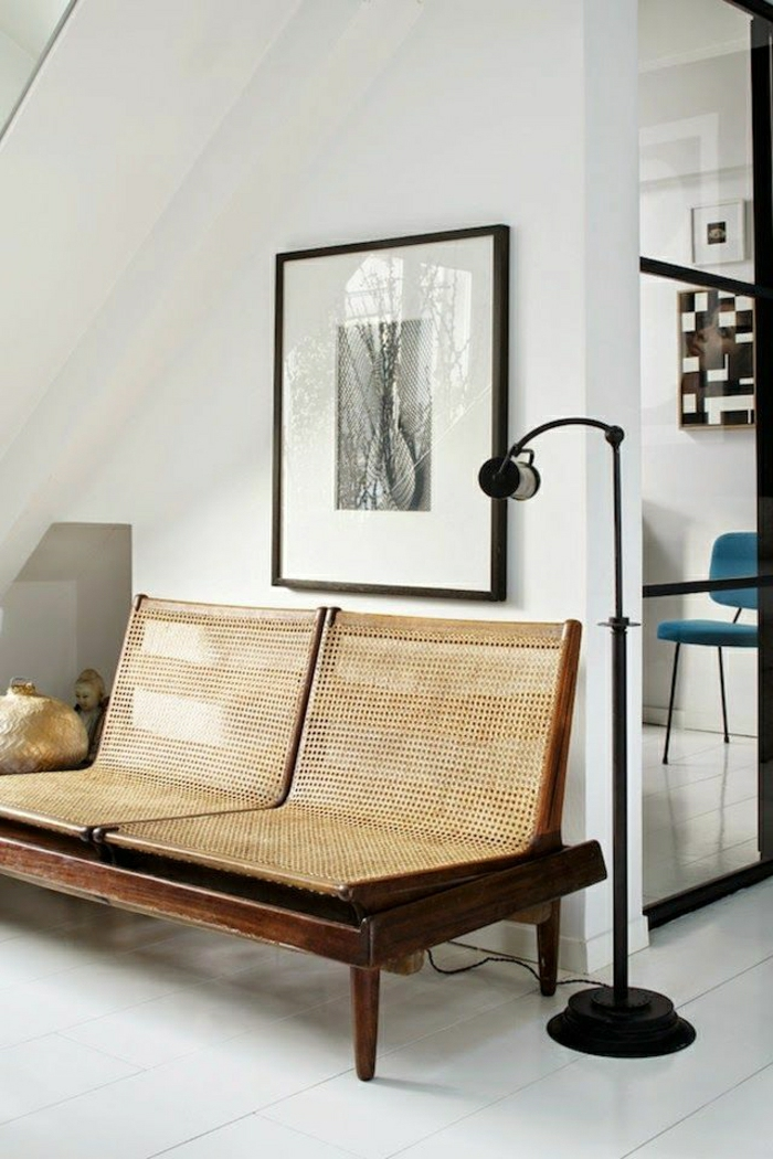 canapé-en-rotin-meubles-en-rotin-chaise-de-couloir-mur-blanc-peinture-mur-blanc