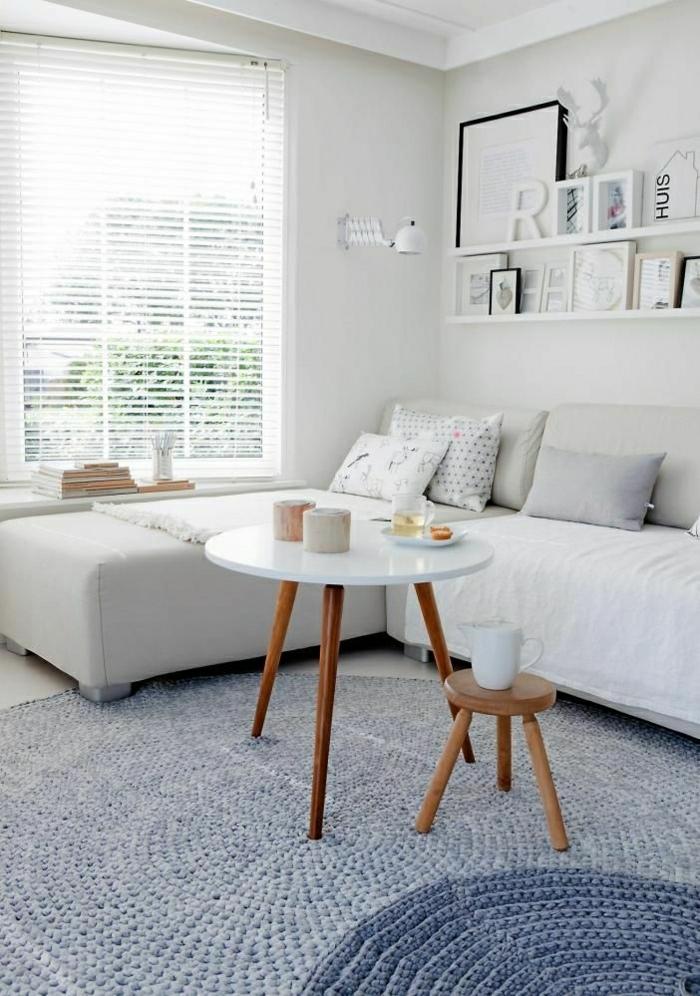 canapé-gris-tapis-bleu-petite-table-basse-ronde-en-bois-table-de-salon-design