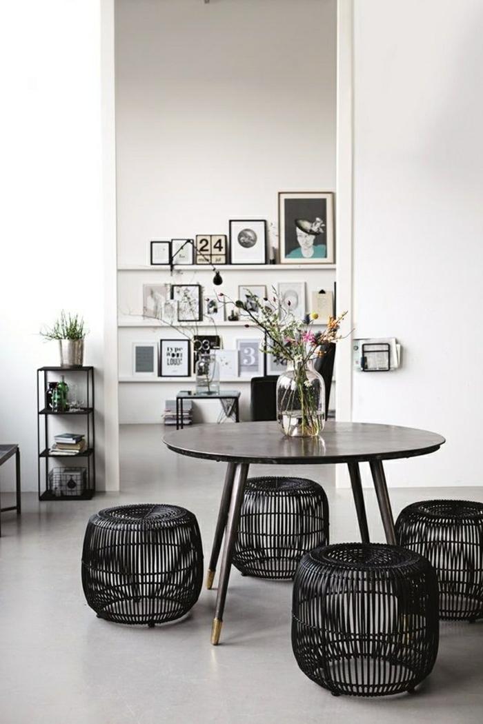 chaise-basse-en-osier-chaise-bois-noir-table-en-bois-fleurs-sur-la-table