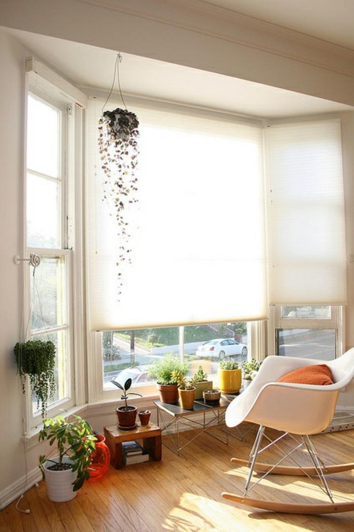 chaise-berçante-aménagement-feng-shui-sol-en-parquet-plantes-vertes