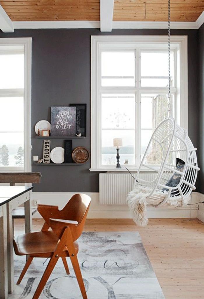 chaise-en-bois-blanc-chaise-suspendue-aménagement-de-salon-moderne-tapis-beige