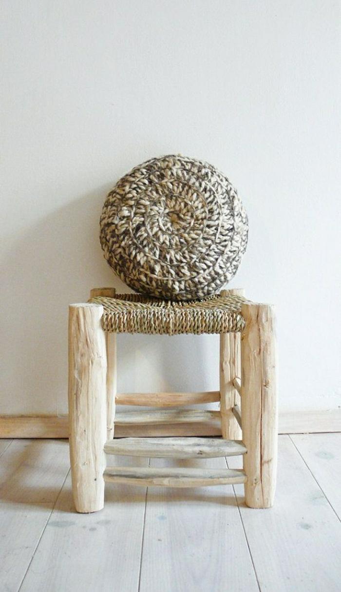chaise-en-bois-chaise-osier-bois-sol-en-plancher-massif-bois-clair-mur-beige