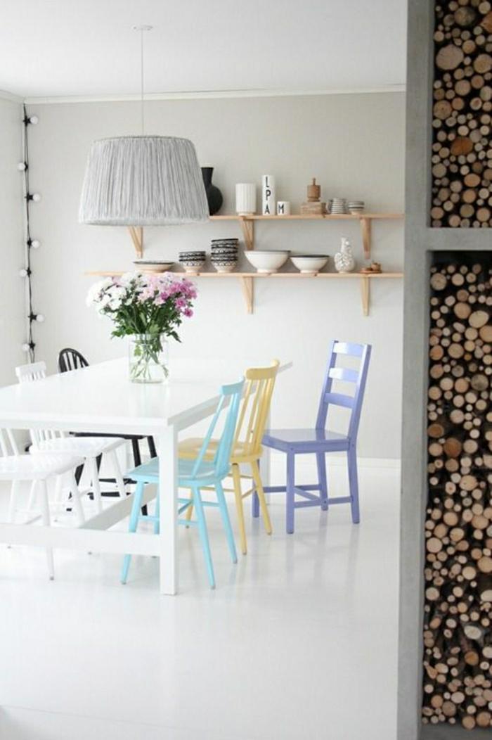 chaise-en-bois-de-couleur-pastel-fleurs-sur-la-table-de-cuisine-en-bois-interieur-moderne