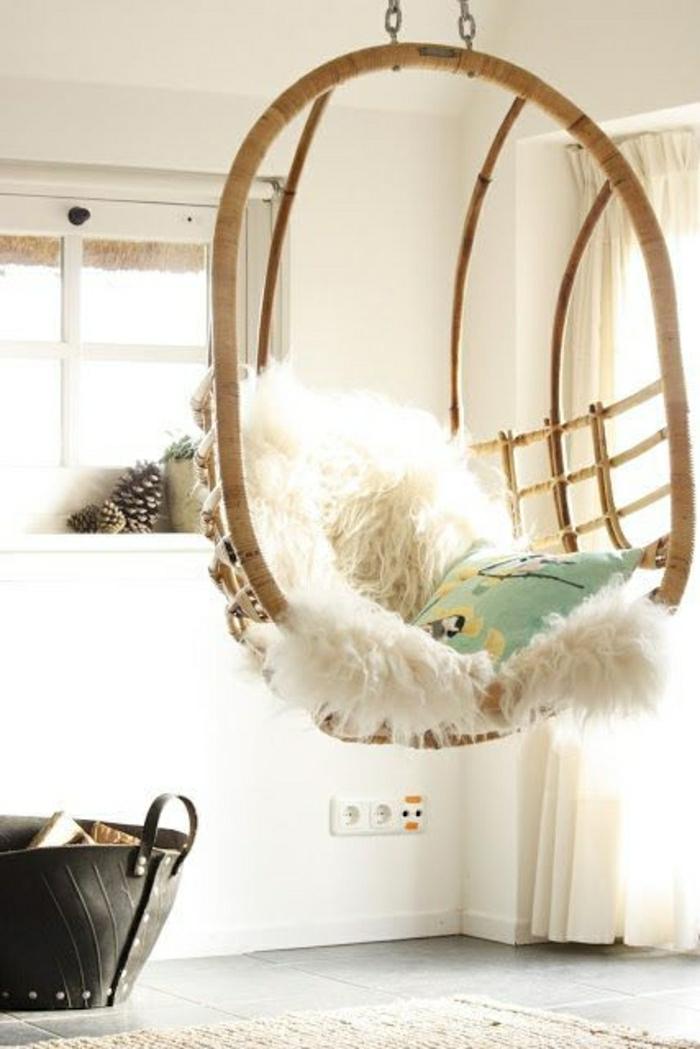chaise-osier-design-en-bois-chaise-suspendue-tapis-beige-sol-carrelage