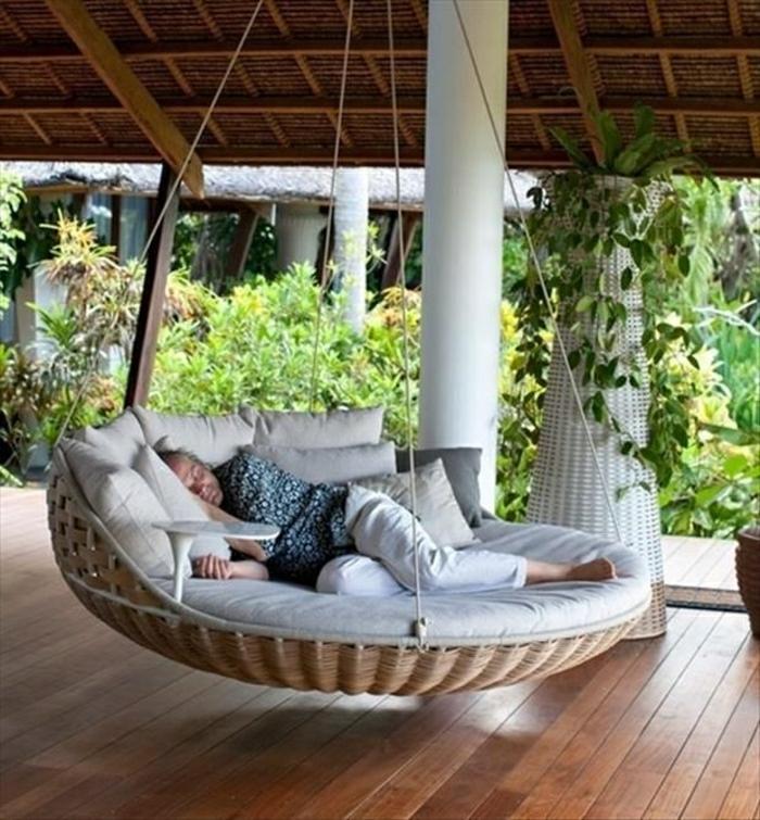 chaises-en-osier-chaise-en-bois-d-extérieur-moderne-sol-en-parquet
