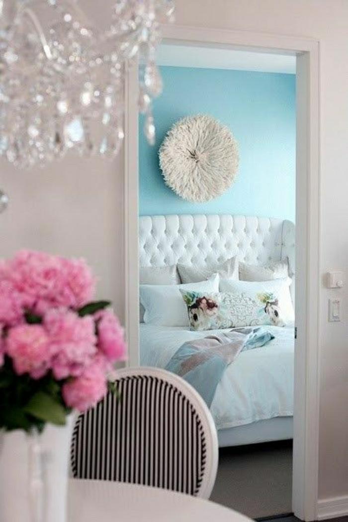 chambre-a-coucher-de-couleur-bleu-pale-fleurs-sur-la-table-mur-bleu-lit-blanc-dessin-pastel