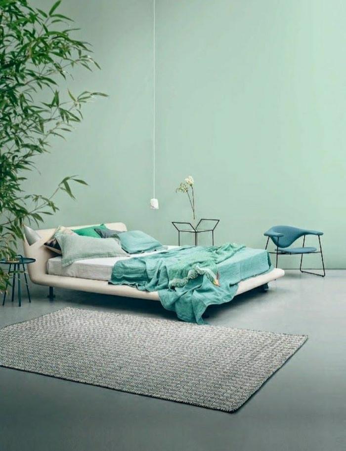 chambre-a-coucher-de-couleur-turquoise-tapis-beige-sol-en-lin-plante-verte-grande