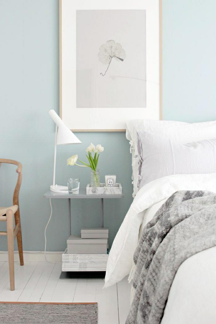 chambre-a-coucher-mur-bleu-pale-couleur-pastel-fleurs-dans-la-chambre-a-coucher
