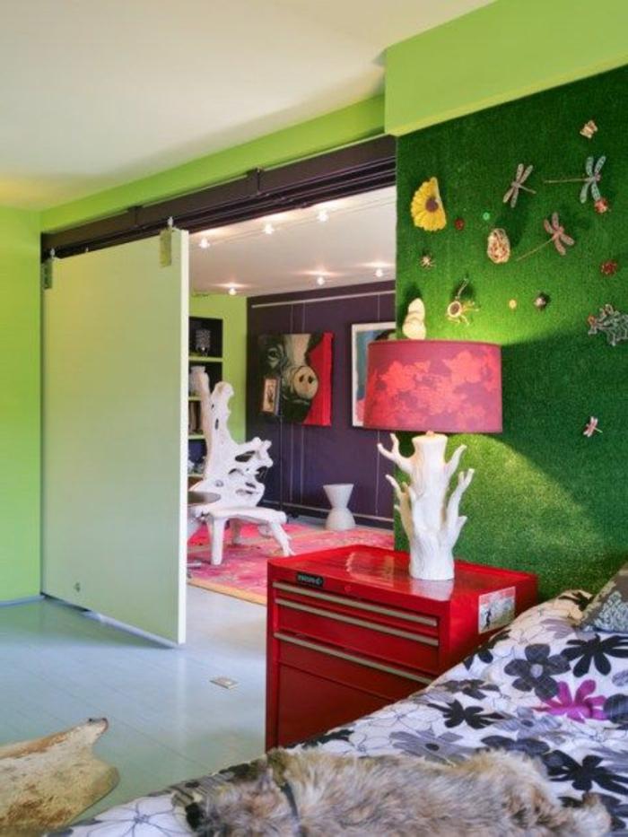 chambre-d-enfant-avec-fasse-pelouse-pour-les-murs-commode-en-bois-rouge