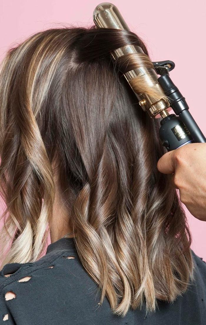 cheveux-coupe-de-cheveux-tendance-coiffure-cheveux-ondulés-flat-ronde-fer-à-boucler