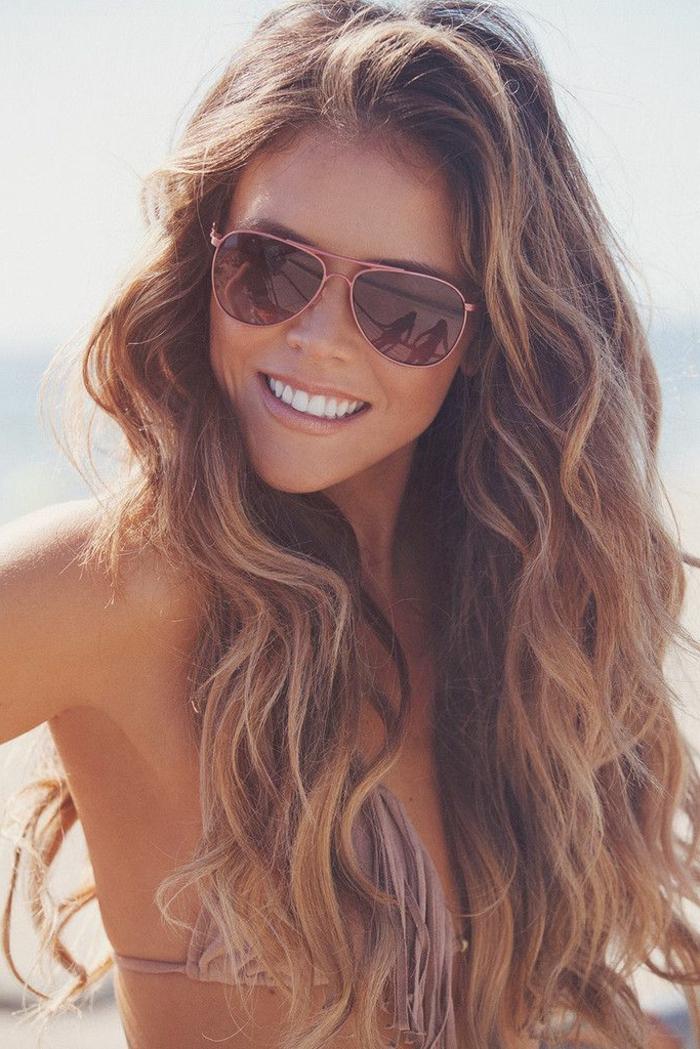 cheveux-courts-bouclés-coupe-pour-cheveux-bouclés-belle-fille-lunettes-de-soleil