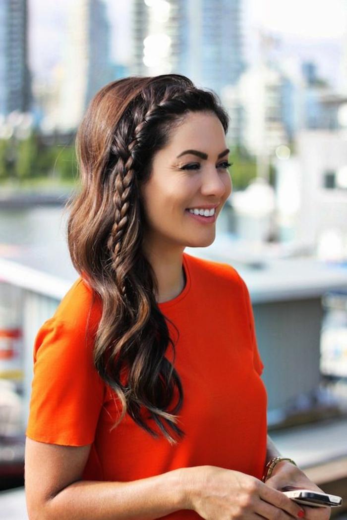 coiffure-cheveux-frisés-coupe-cheveux-ondulés-belle-tirere-à-coté