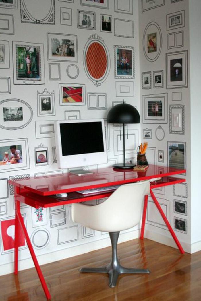 coin-de-travail-avec-un-bureau-de-couleur-carmin-rouge-pourpre-amarante