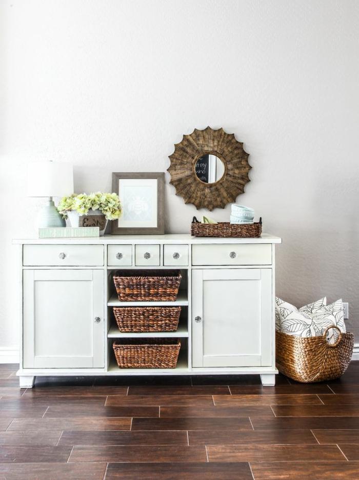 commode-blanche-avec-panniers-et-miroir-décoratif