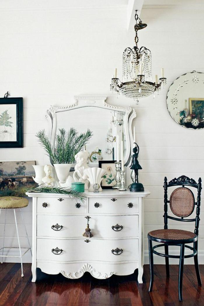 commode-blanche-baroque-plancher-bois-foncé-lustre-magnifique