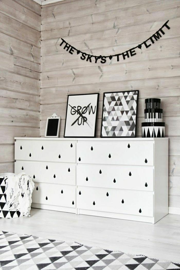 commode-blanche-décorée-et-murs-en-bois