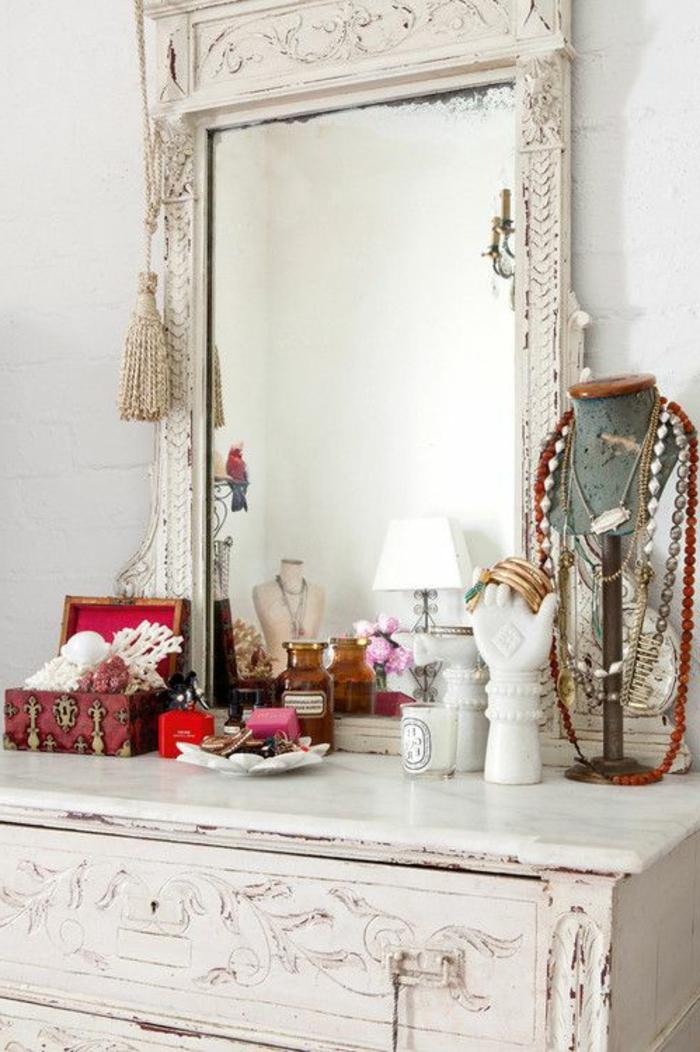 commode-blanche-décoration-avec-objets-vintage