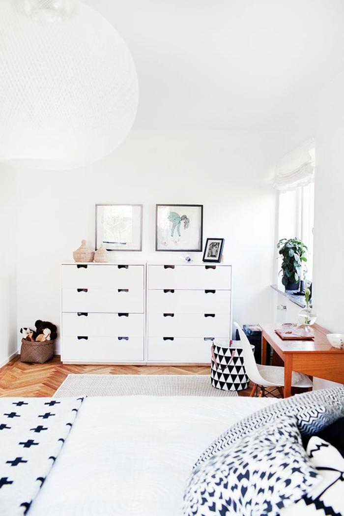 commode-blanche-dans-une-salle-scandinave