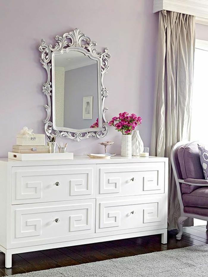 commode-blanche-et-miroir-aux-ornements-baroques