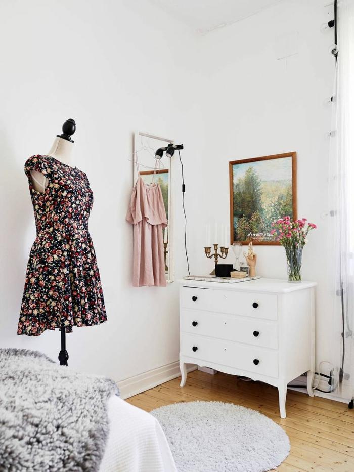 commode-blanche-jolie-commode-baroque-porte-manteau-et-tapis-rond
