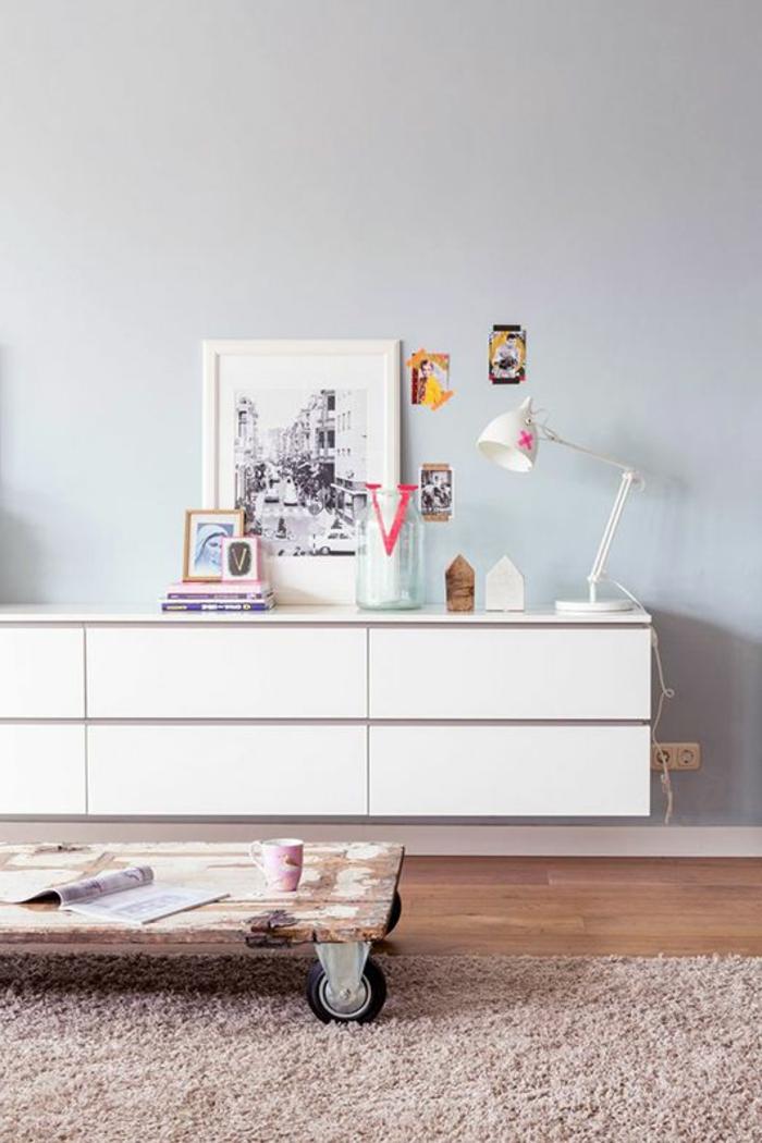 commode-blanche-long-bahut-suspendu-et-table-en-palette