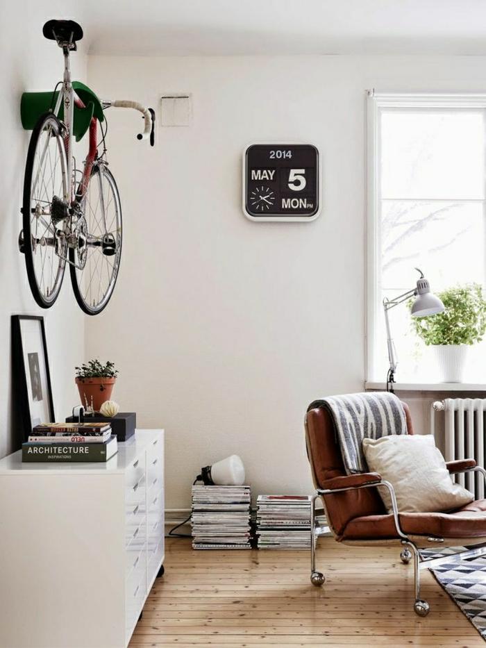 commode-blanche-murs-blancs-et-décoration-avec-vélo
