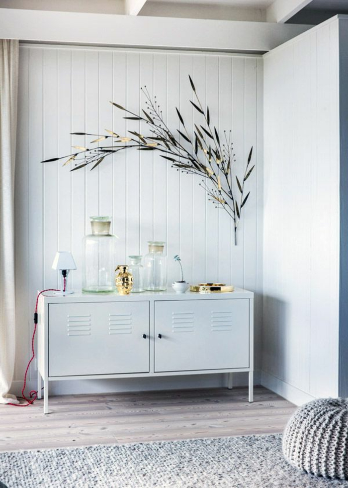 commode-blanche-pouf-gris-et-décoration-murale