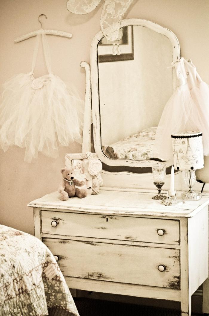 commode-blanche-vintage-dans-une-chambre-douce-et-romantique