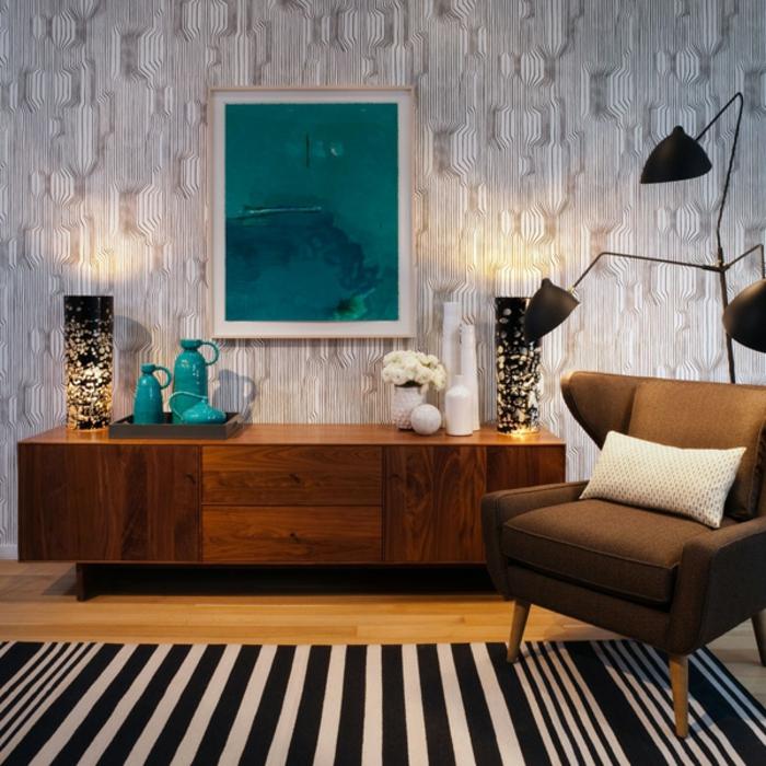 commode-en-bois-chaleureuse-tapis-rayures-fauteuil