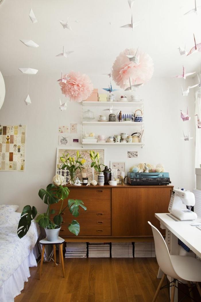 commode-en-bois-chambre-féminine-suspensions-roses