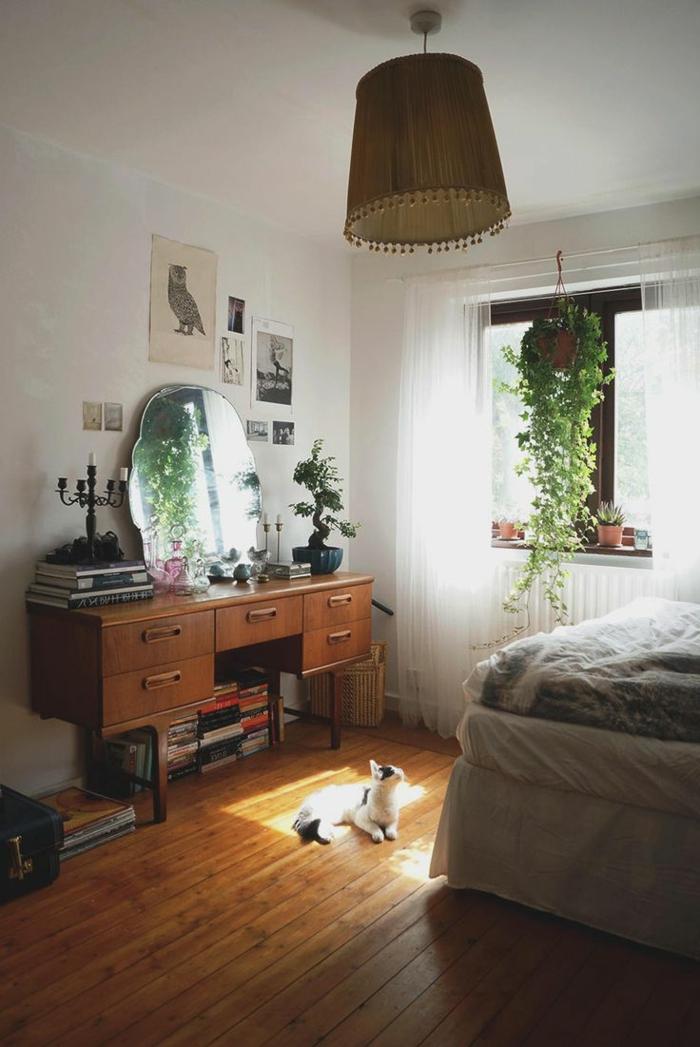 commode-en-bois-dans-une-chambre-à-coucher-cosy