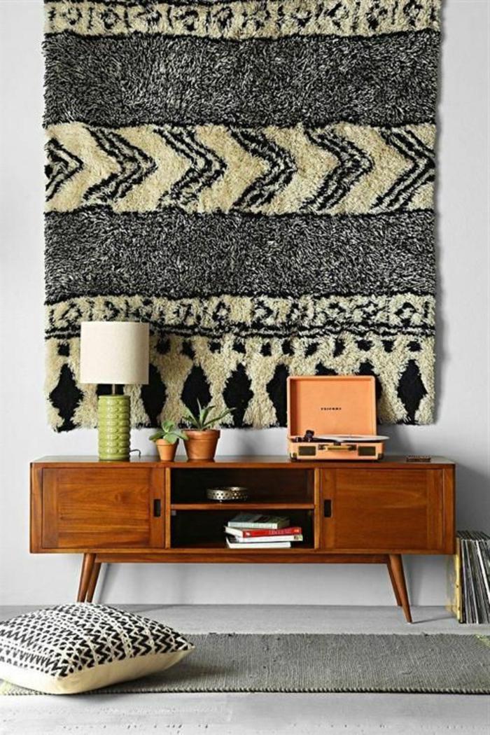 commode-en-bois-et-décoration-murale-avec-tapis