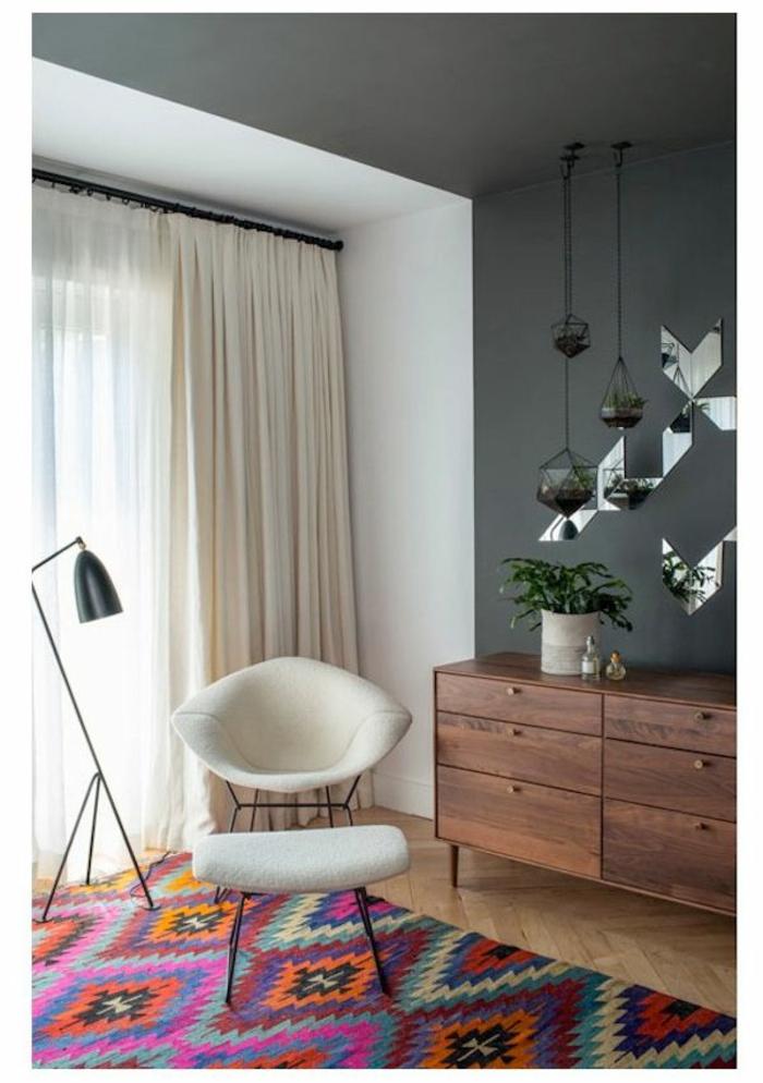 commode-en-bois-miroirs-carpette-colorée-lampe