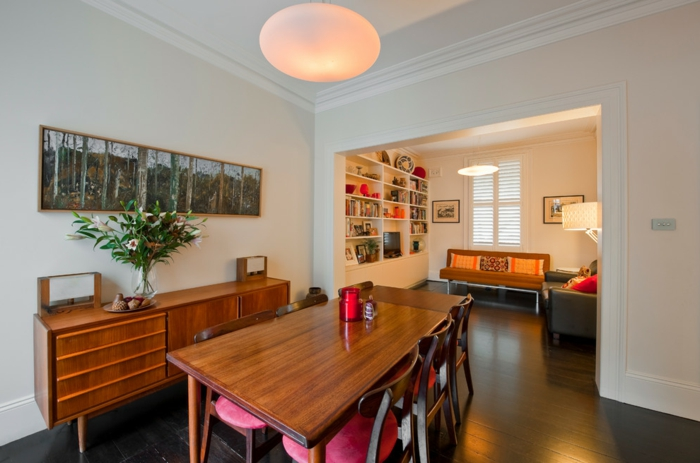 commode-en-bois-murs-blancs-salle-à-manger