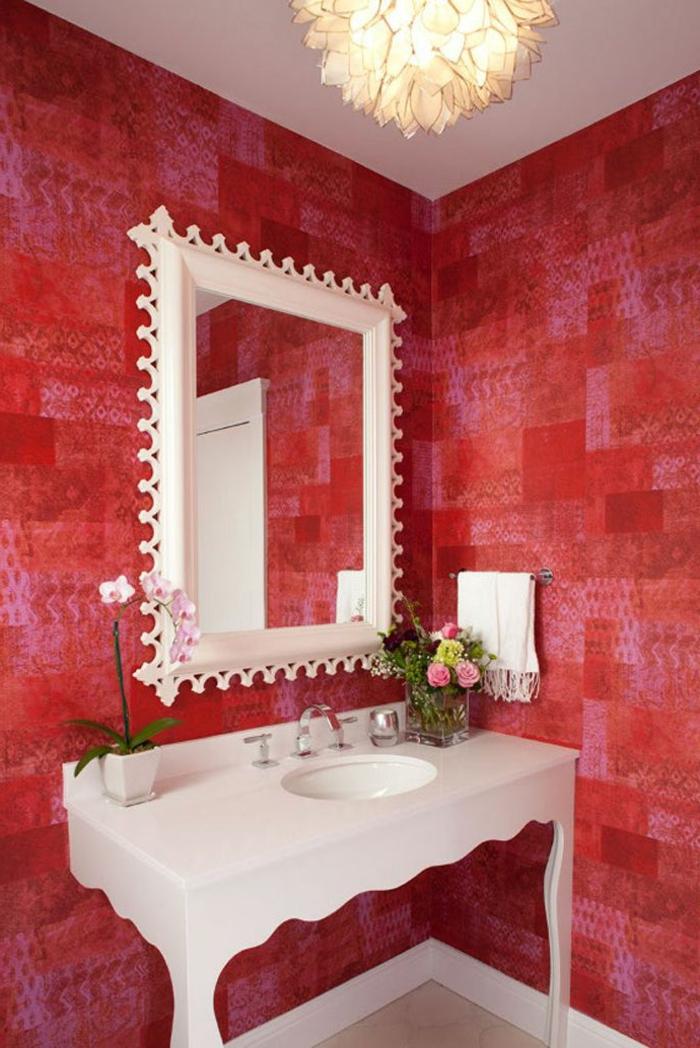 couleur-carmin-interieur-moderne-pour-votre-salle-de-bain-rouge-fleurs-dans-la-salle-de-bain