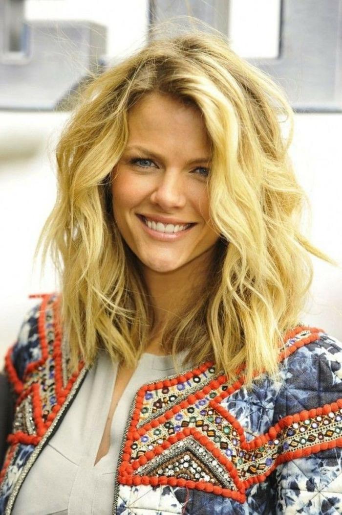 coupe-cheveux-bouclés-cheveux-ondulé-belle-blonde