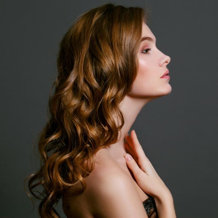 coupe-mi-longue-cheveux-ondulé-cheveux-boucles-chic-stylé