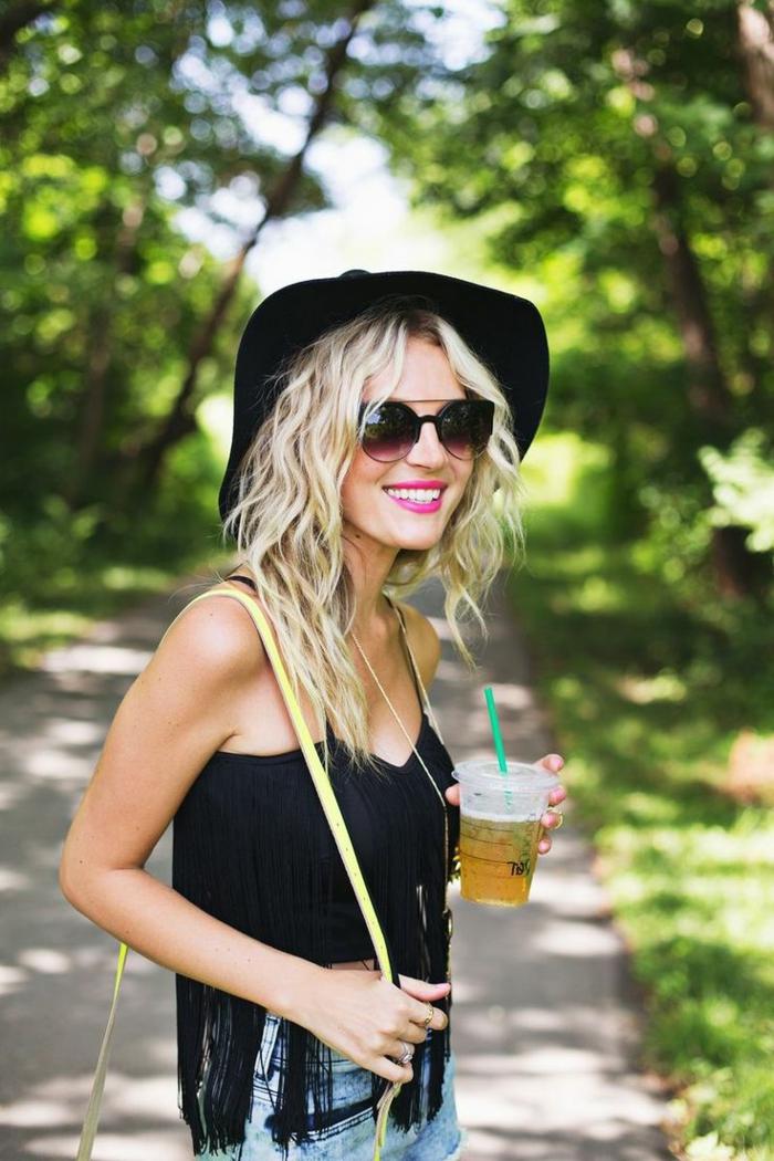 coupe-mi-longue-cheveux-ondulé-cheveux-boucles-femme-blonde-starbucks