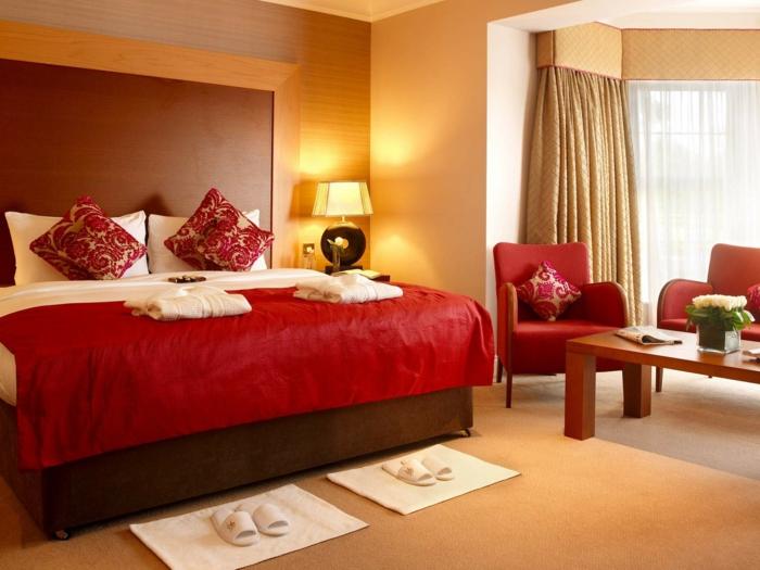 couverture-de-couleur-carmin-couleur-bordeau-couverture-de-lit-lampe-de-chevet