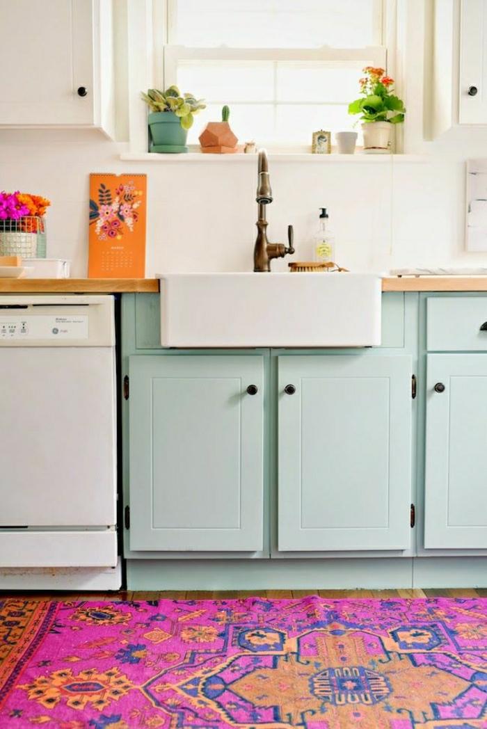 cuisine-avec-meubles-de-couleur-pastel-tapis-violet-cuisine-decoration-interieur