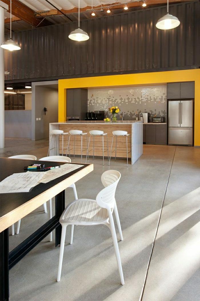 cuisine-couleur-taupe-jaune-meubles-de-cuisine-chaise-blanc-table-en-bois