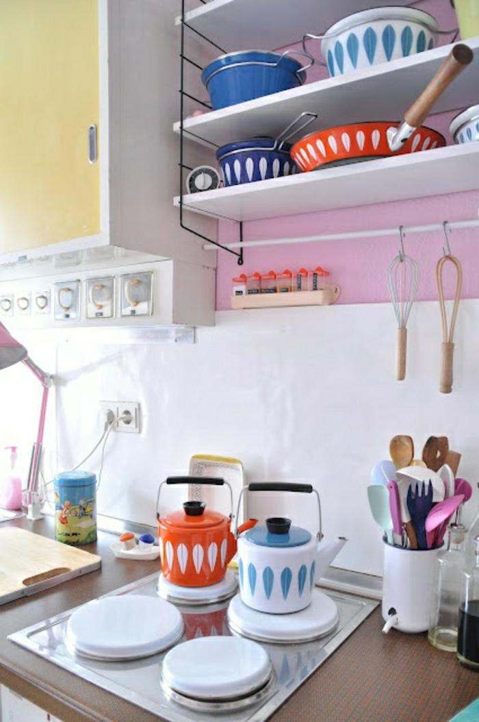 cuisine-de-couleur-pastel-dessin-mur-rose-pale-meubles-de-cuisine-pastel-lampe-rose
