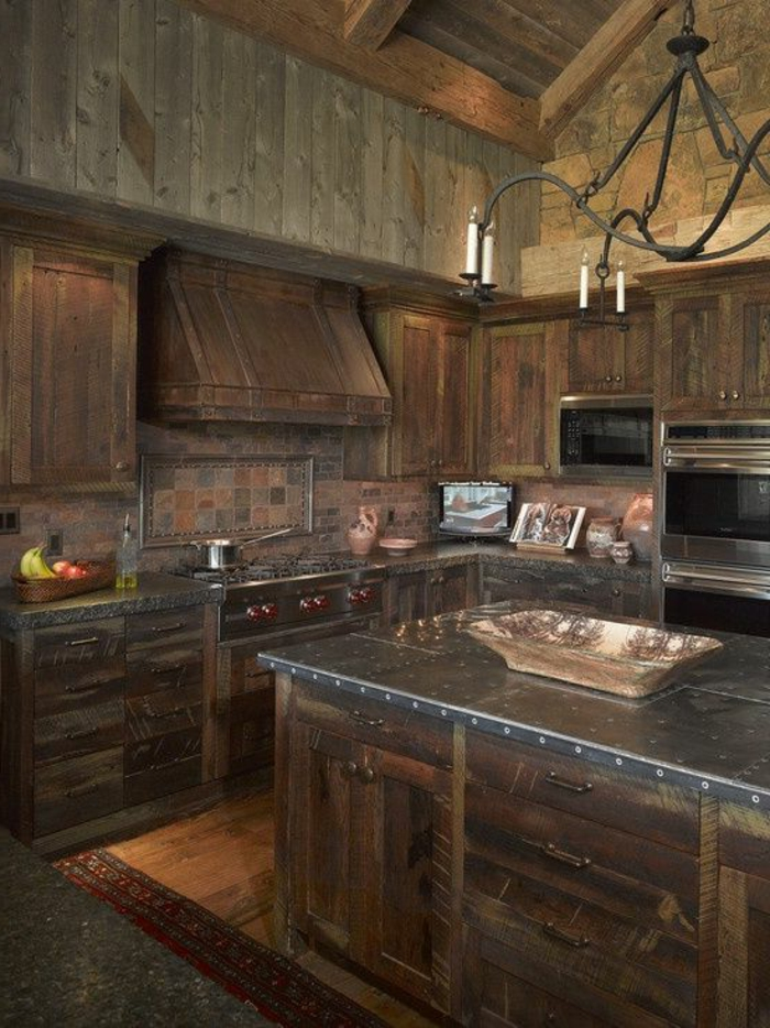 cuisine-en-bois-massif-meubles-en-bois-foncé-lustre-en-fer-forgé-lustre-baroque-en-fer-fogre