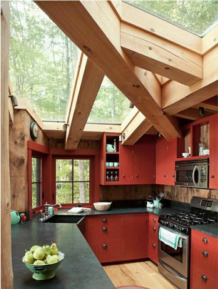 cuisine-meubles-rouges-en-bois-plafond-en-bois-et-verre-meubles-de-cuisine